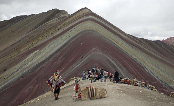 Turistas frente a la Montaña de Siete Colores en Perú. - Sputnik Mundo