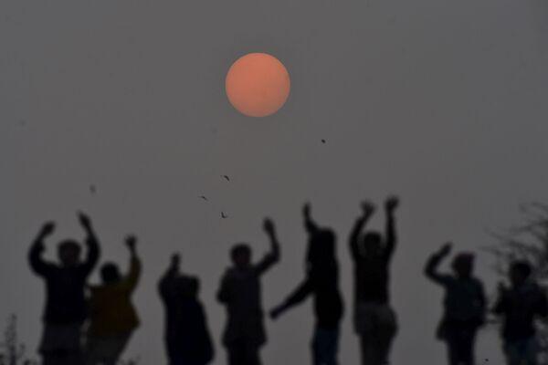 Niños juegan al atardecer en Lahore, Pakistán. - Sputnik Mundo