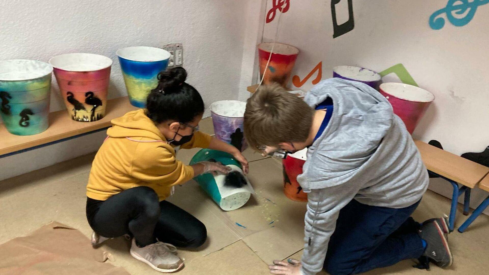 Niños del Colegio Reina María Cristina fabrican papeleras para mantener limpia la ciudad Isla Cristina - Sputnik Mundo, 1920, 22.04.2021