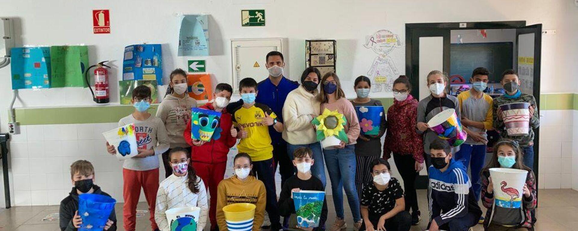 El profesor Rubén Rendón con los alumnos del Colegio Reina María Cristina - Sputnik Mundo, 1920, 22.04.2021