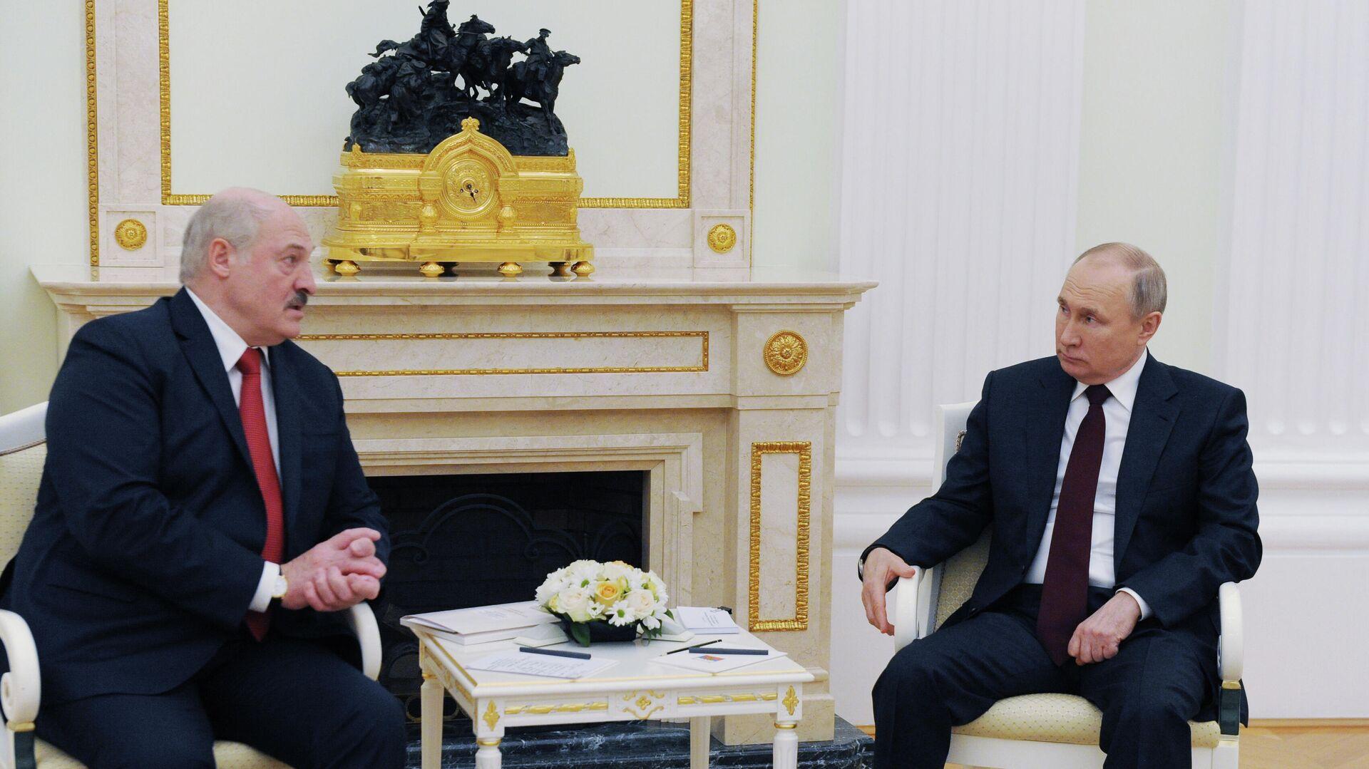 El presidente de Bielorrusia, Alexandr Lukashenko, y el presidente ruso, Vladímir Putin - Sputnik Mundo, 1920, 22.04.2021