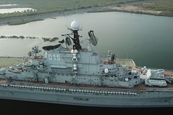 El portaaviones soviético Minsk abandonado en una laguna artificial en China  - Sputnik Mundo