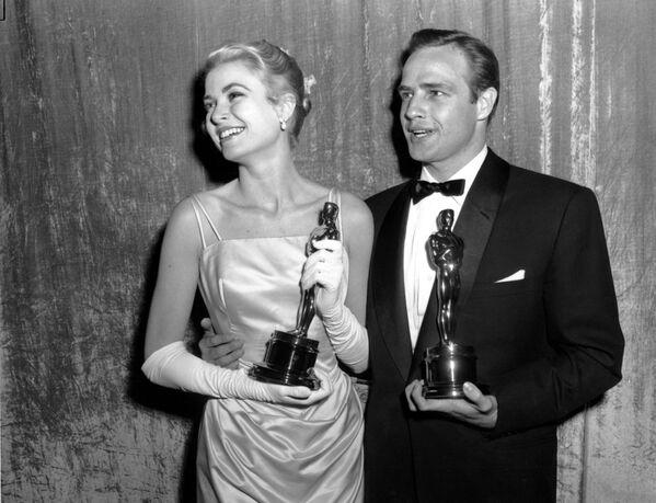 Grace Kelly, quien se llevó el galardón en la misma categoría al año siguiente por su papel en La angustia de vivir, vistió una creación también de Edith Head para recibir el premio. El vestido color azul utilizado por la actriz en aquella ceremonia sigue siendo, a día de hoy, uno de los más memorables de la historia de los Óscar. - Sputnik Mundo