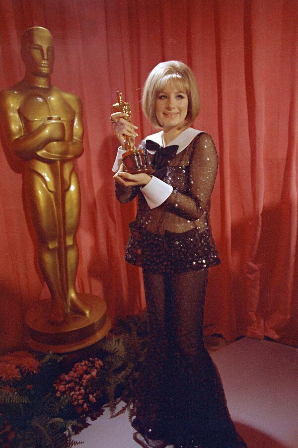 Barbra Streisand causó revuelo en la ceremonia de los Óscar de 1969 y la razón no fue su premio a la mejor actriz de aquel año. Para recibir el galardón, la artista eligió una ropa bastante reveladora para la época: un traje completamente transparente. Años más tarde, la actriz reveló que no se dio cuenta que, bajo las luces, el atuendo —firmado por Arnold Scaasi— mostraría su cuerpo. - Sputnik Mundo