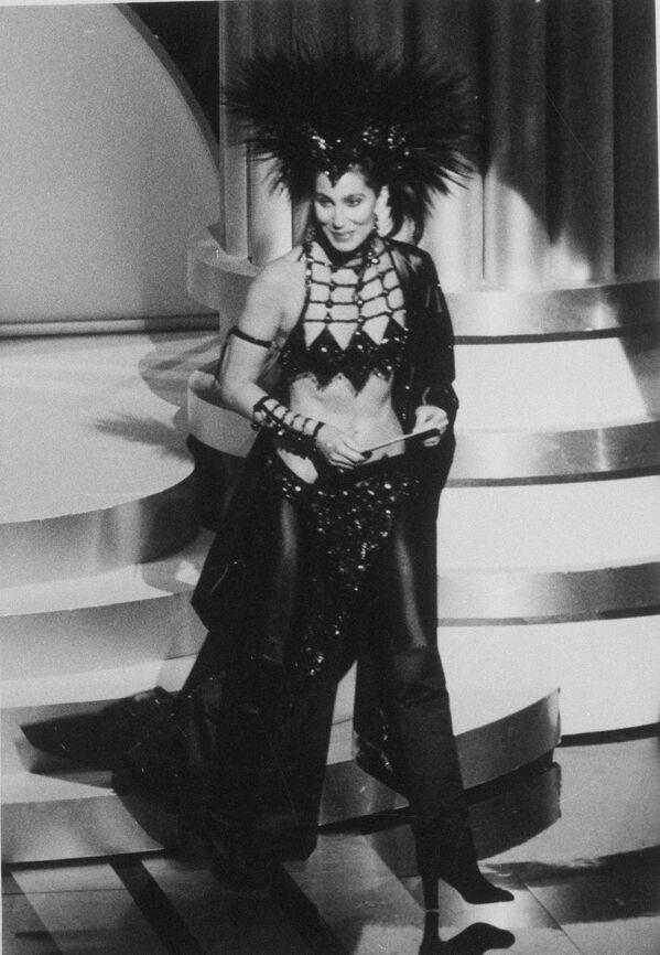 Cerca de una década y media más tarde, Cher superó la osadía del atuendo de Streisand con un carnavalesco vestido negro, creación de Bob Mackie. Posteriormente, la artista admitió que la elección tuvo el objetivo deliberado de escandalizar a los miembros de la Academia, a quienes, según le pareció a la cantante, no les agradaba.  - Sputnik Mundo