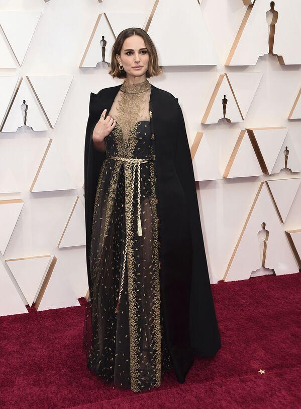 En los Óscar de 2020, Natalie Portman lució un atuendo de Dior que, además de elegante, era un verdadero manifiesto político. En su larga capa negra se bordaron los nombres de las directoras que no recibieron una nominación al Óscar a raíz de lo que la actriz llamó una persistente desigualdad de género en la industria cinematográfica. - Sputnik Mundo