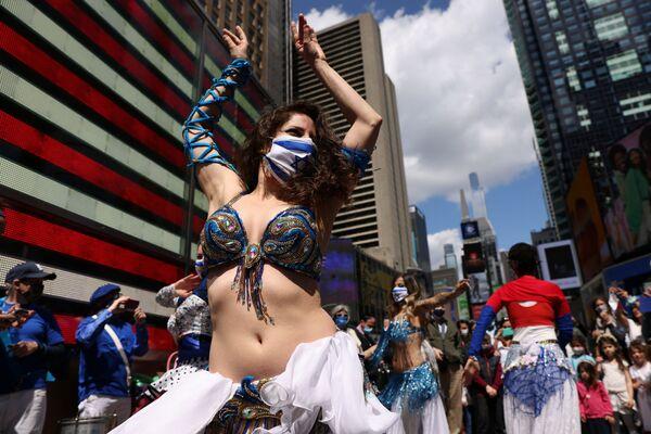Una mujer baila para celebrar el Día de Independencia de Israel en el Times Square de la ciudad de Nueva York (EEUU), el 18 de abril. - Sputnik Mundo