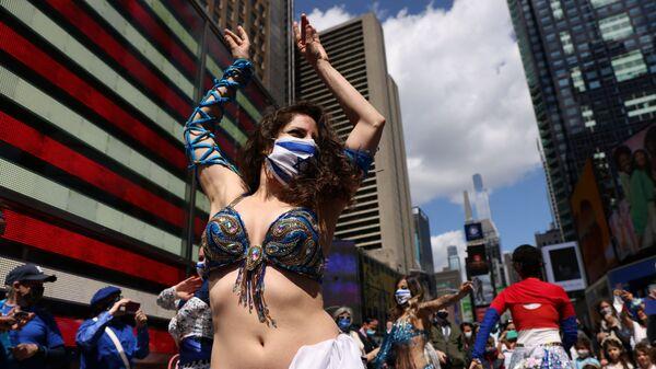 Женщина танцует на празднике в честь Дня независимости Израиля, отмечающего 73-ю годовщину создания государства, на Таймс-сквер в Нью-Йорке, США - Sputnik Mundo