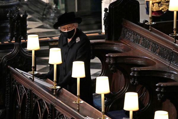 La reina Isabel II asiste al funeral de su esposo, el príncipe Felipe, en la capilla de San Jorge en Windsor (Reino Unido). - Sputnik Mundo