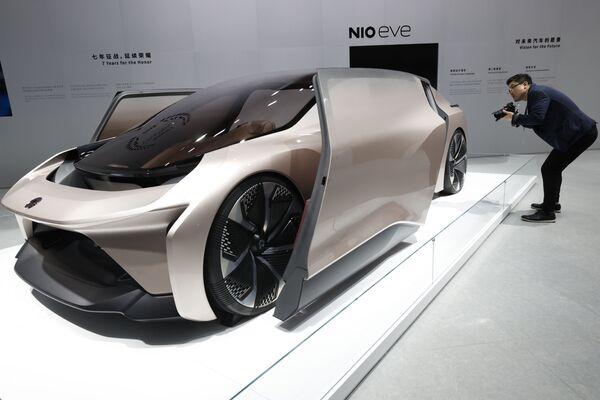 Un visitante observa el automóvil concepto NIO eve, exhibido durante el Salón del Automóvil de Shanghai (China). - Sputnik Mundo
