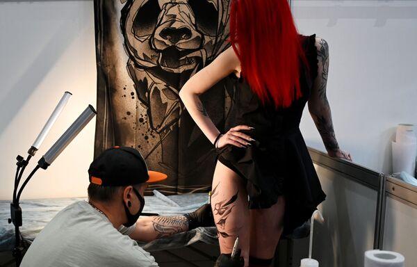 Una muchacha se hace un tatuaje durante el XVIII Festival de Tatuaje de Moscú (Rusia). - Sputnik Mundo