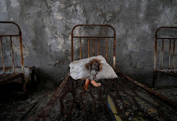 Una muñeca dejada por un visitante en un jardín de infancia en la ciudad abandonada de Pripyat, en la zona de exclusión de la central nuclear de Chernobyl (Ucrania). - Sputnik Mundo
