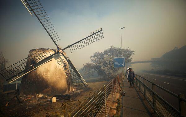 El histórico Mostert's Mill, quemado por un incendio forestal iniciado en las laderas de la montaña de la Mesa en la Ciudad del Cabo (Sudáfrica) - Sputnik Mundo