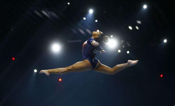 La gimnasta francesa Melanie de Jesus dos Santos actúa en el Campeonato Europeo de Gimnasia Artística en Basilea (Suiza). - Sputnik Mundo