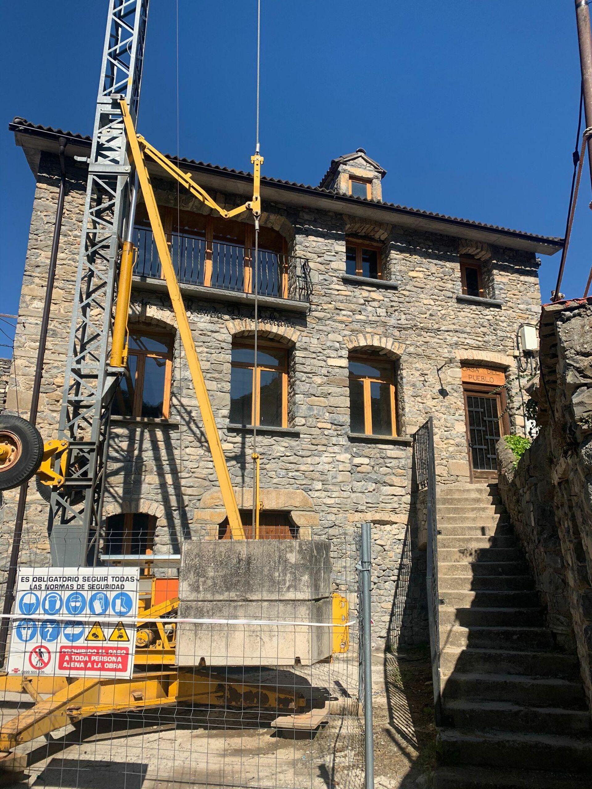 Grúa frente a una casa en proceso de reconstrucción de Jánovas (Huesca) - Sputnik Mundo, 1920, 23.04.2021