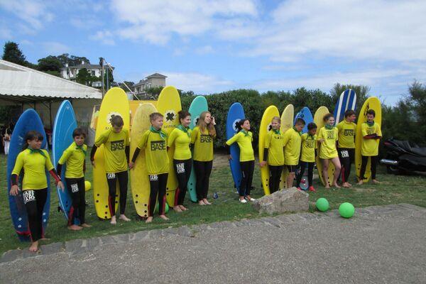 Niños participantes del programa de la Asociación Ledicia Cativa practicando surf - Sputnik Mundo