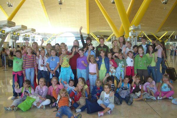 'Niños de Chernóbil' en el aeropuerto durante su viaje a España con la Asociación Ledicia Cativa en 2007 - Sputnik Mundo