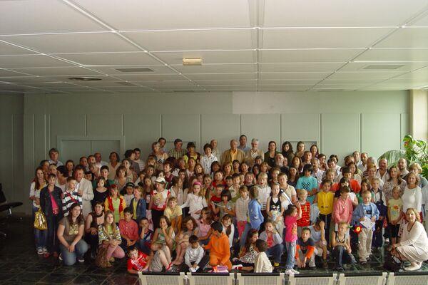 Niños participantes del programa de la Asociación Ledicia Cativa con sus familias de acogida temporal en el aeropuerto de Santiago en 2009 - Sputnik Mundo