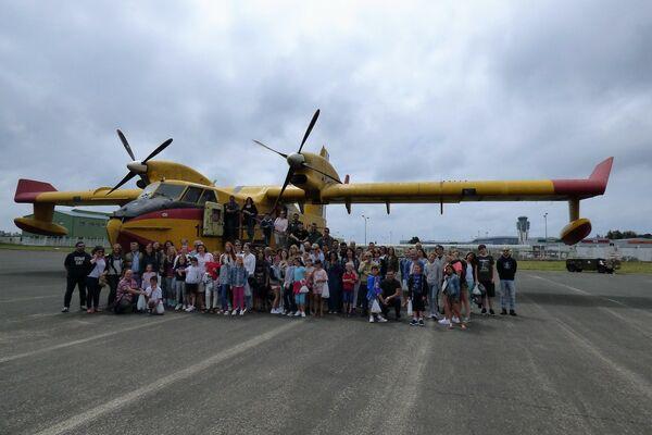 'Niños de Chernóbil', participantes del programa de la Asociación Ledicia Cativa en una actividad en el Aeropuerto de Santiago de Compostela en Galicia, 2017 - Sputnik Mundo