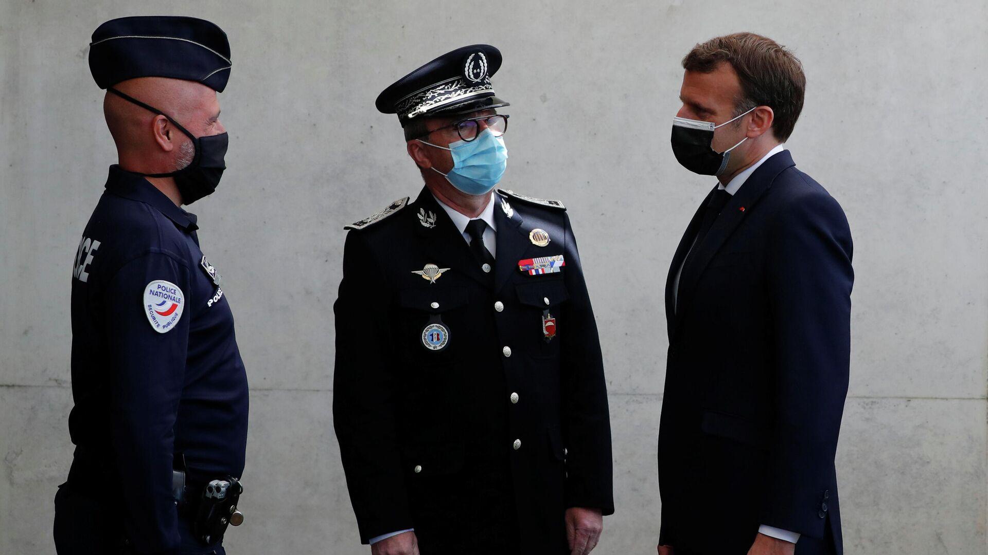 El presidente de Francia, Emmanuel Macron, visita la jefatura de policía en Montpellier - Sputnik Mundo, 1920, 26.04.2021