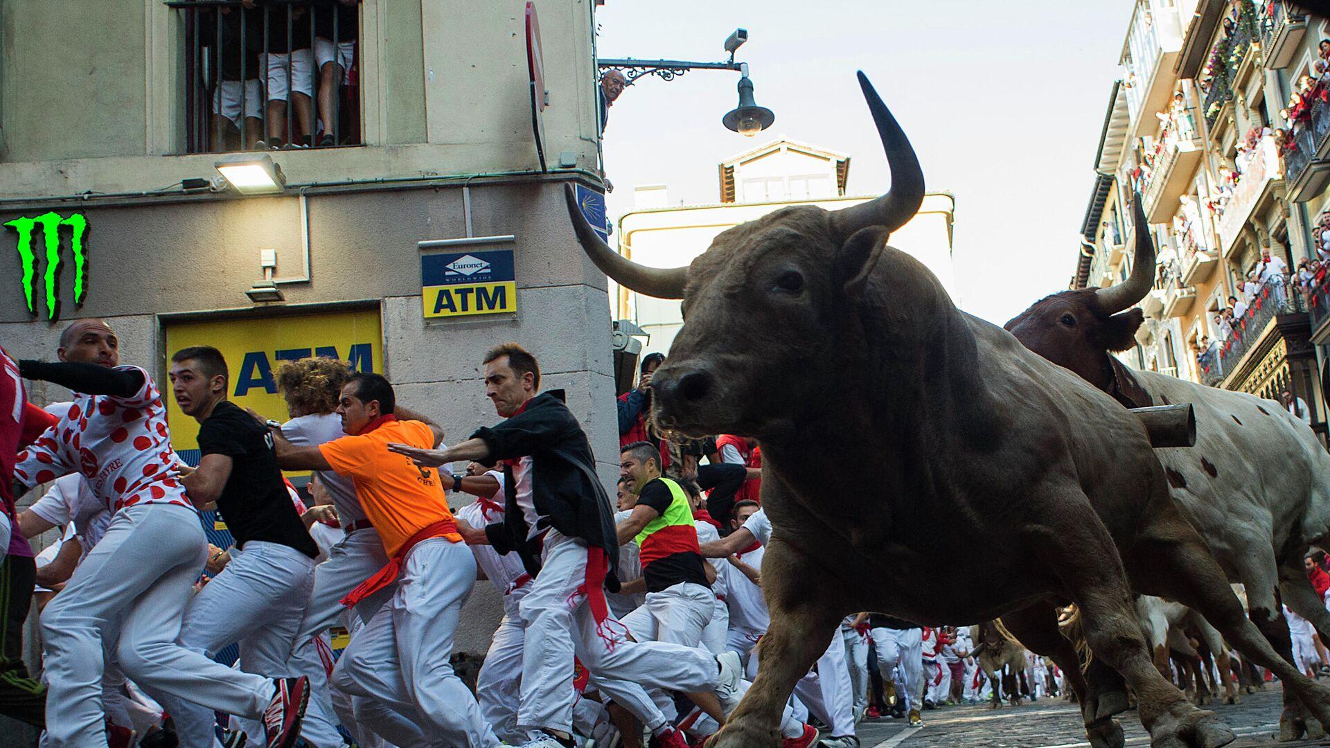 Foto de archivo. Los participantes corren junto a toros de lidia y novillos en una corrida de toros durante la fiesta de San Fermín en Pamplona - Sputnik Mundo, 1920, 26.04.2021