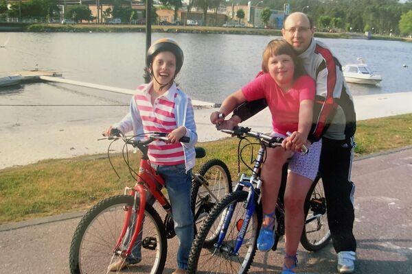 Anastasía Shapoválova con su familia de acogida temporal de la Asociación Ledicia Cativa durante su estancia en Galicia - Sputnik Mundo