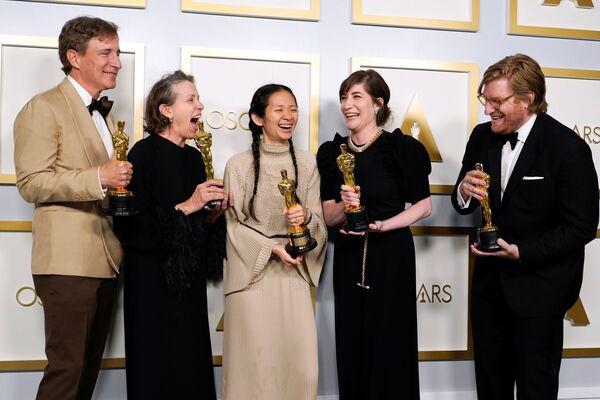 El principal ganador de los premios de 2021 fue el largometraje Nomadland. La cinta se llevó tres estatuillas: mejor película, mejor directora (Chloé Zhao) y mejor actriz (Frances McDormand).En la foto: una parte del equipo de Nomadlanden la 93 ceremonia de los Óscar. - Sputnik Mundo