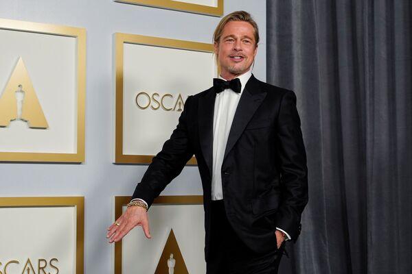 Brad Pitt, como coanfitrión de la ceremonia, anunció la ganadora en la categoría mejor actriz de reparto. - Sputnik Mundo