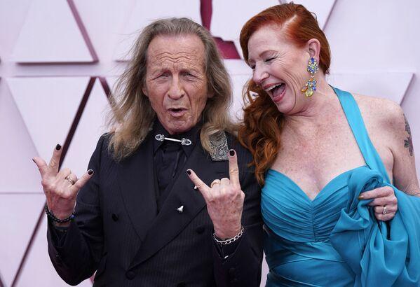 Paul Raci, nominado al Óscar al mejor actor de reparto por El sonido del metal, y su esposa, Liz Hanley Raci, en la ceremonia de entrega del premio cinematográfico. - Sputnik Mundo