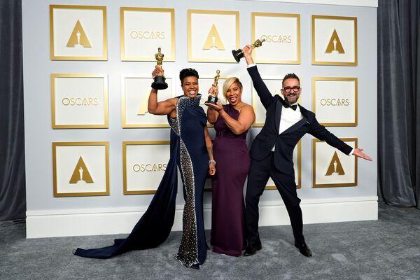 Mia Neal, Jamika Wilson y Sergio López Rivera, ganadores en la categoría mejor maquillaje y peluquería por La madre del blues. - Sputnik Mundo