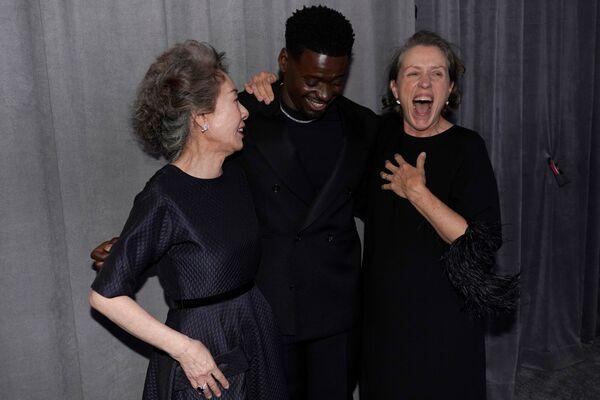 El premio al mejor actor de reparto quedó en manos de Daniel Kaluuya por su papel en la película Judas y el mesías negro.En la foto: Yuh-Jung Youn, Daniel Kaluuya y Frances McDormand en la 93 ceremonia de los Óscar. - Sputnik Mundo
