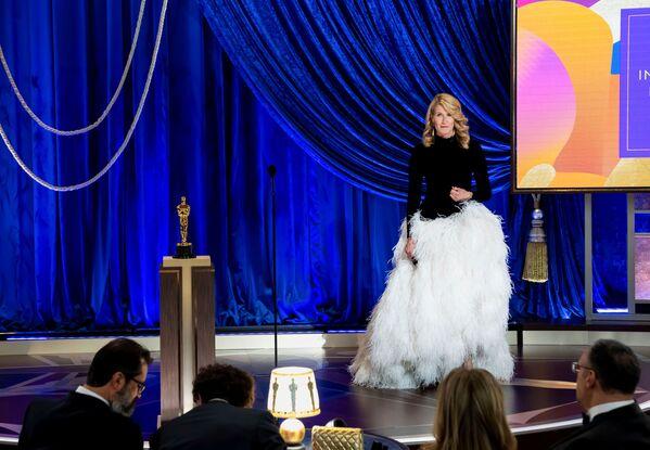 La actriz Laura Dern fue una de las anfitrionas de la ceremonia de los Óscar 2021. El año pasado recibió el premio a la mejor actriz de reparto. - Sputnik Mundo