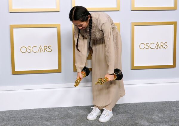Chloé Zhao, segunda mujer y primera asiática en la historia de los Óscar en recibir el premio a la mejor directora. - Sputnik Mundo