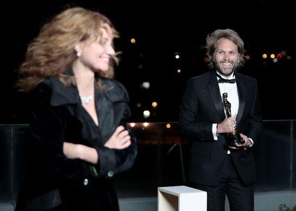 El guionista Florian Zeller, quien ganó el premio al mejor guión adaptado por El padre, participó de la ceremonia de los Óscar desde París. - Sputnik Mundo