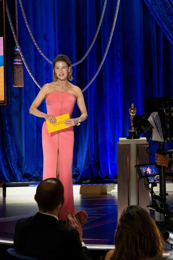 La actriz Renée Zellweger anuncia a la ganadora de la categoría mejor actriz en la 93 ceremonia de entrega de los Óscar, en Los Ángeles. - Sputnik Mundo