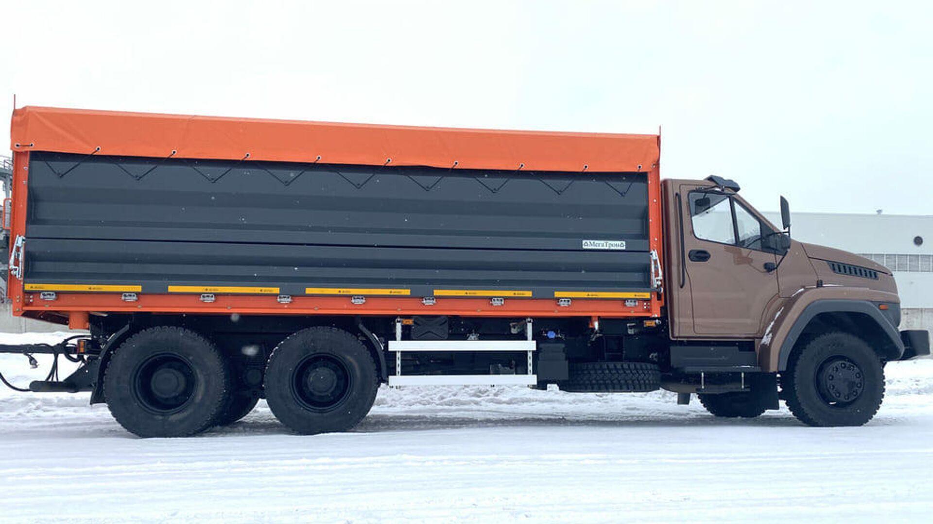 Un volquete sobre la base del camión de carretera Ural Next 6x4 - Sputnik Mundo, 1920, 26.04.2021