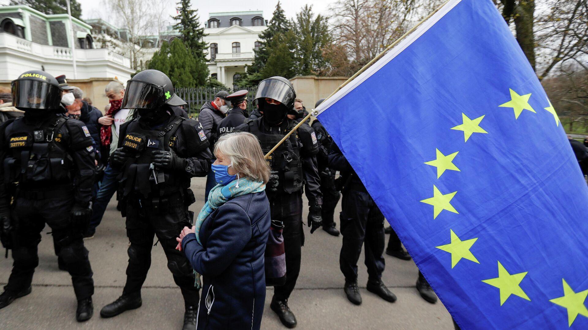 Una protestante con la bandera de la UE - Sputnik Mundo, 1920, 26.04.2021