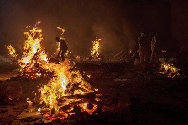 Cientos de personas fallecen en un día por coronavirus en la India y son cremados al aire libre. - Sputnik Mundo