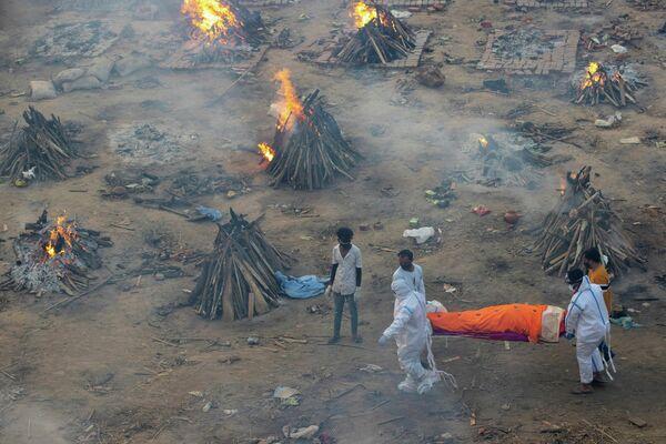 Cada día llegan más difuntos donde están instaladas las piras funerarias y los crematorios están a punto de colapsar en la India. - Sputnik Mundo