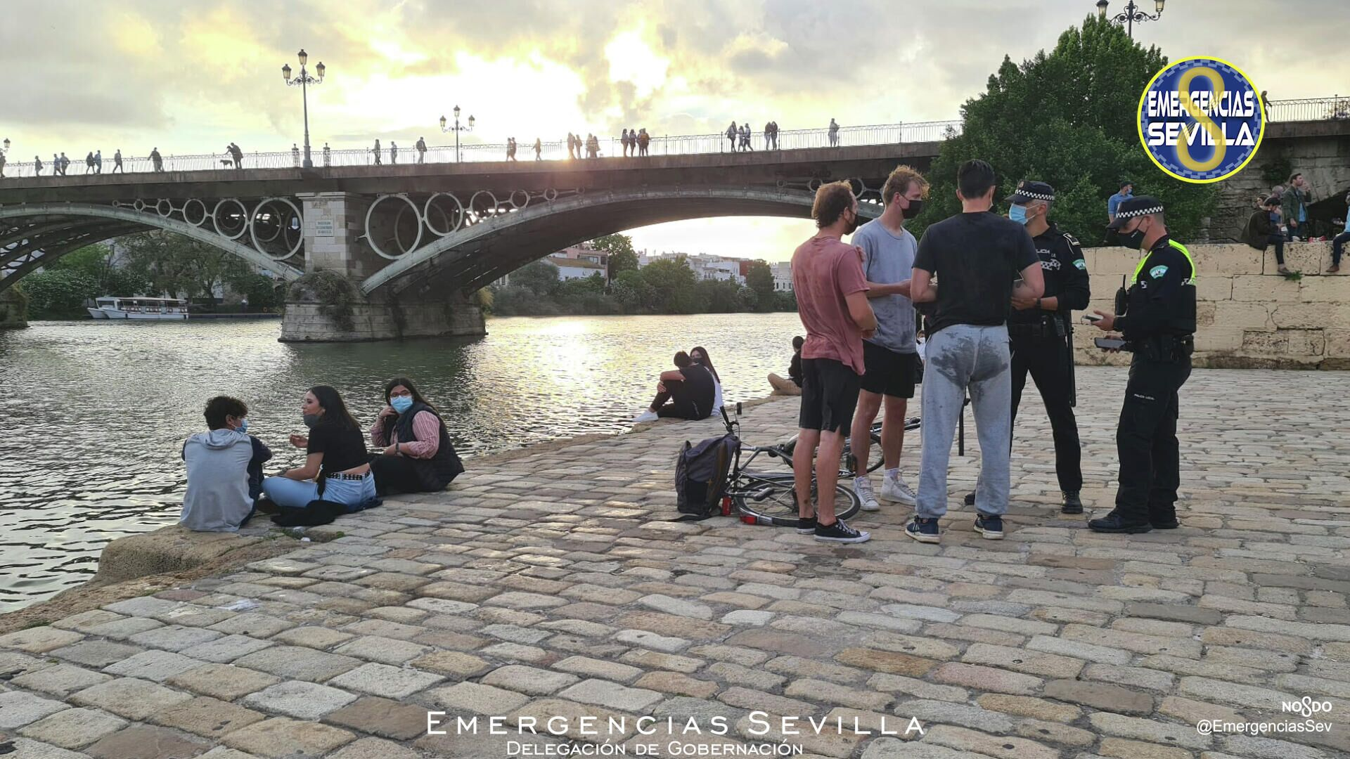 Imagen de Emergencias Sevilla sobre jóvenes extranjeros que saltaron desde el Puente de Triana  - Sputnik Mundo, 1920, 26.04.2021