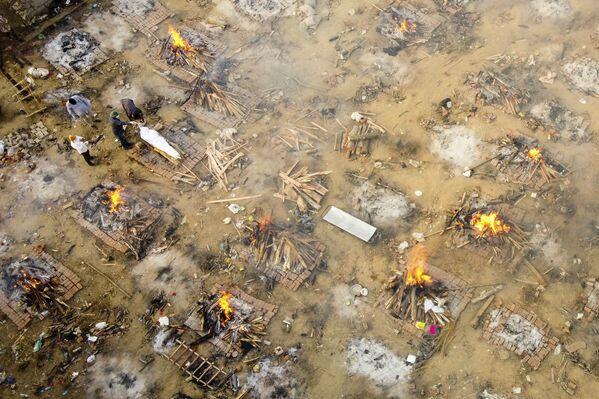 """El primer ministro, Narendra Modi, calificó lo que está ocurriendo como una """"tormenta"""" del coronavirus.En la foto: vista aérea de una cremación masiva en Nueva Delhi. - Sputnik Mundo"""