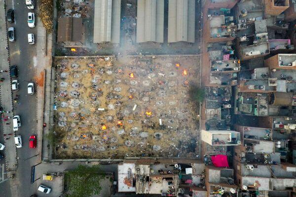 La vista a la cremación masiva en Nueva Delhi desde arriba. - Sputnik Mundo