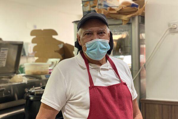 Domingo Fernández, venezolano de 66 años dueño de una 'Dark Kitchen' en Leganés, Madrid - Sputnik Mundo