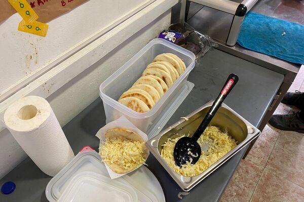 Arepas en curso. Comida venezolana delivery en el interior de una 'Dark Kitchen' en Leganés, Madrid - Sputnik Mundo