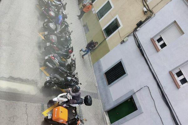 Motos de riders acumuladas en la puerta de una 'Dark Kitchen' en Tetuan, Madrid - Sputnik Mundo