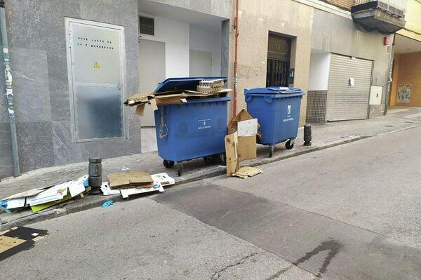 Basura acumulada en la puerta de una 'Dark Kitchen' en el barrio de Tetuán, Madrid - Sputnik Mundo