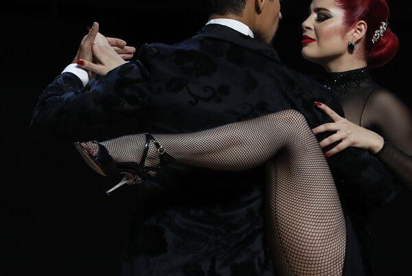 El tango argentino, que se considera merecidamente la danza más bella del mundo, apareció en la década de 1880 en los distritos portuarios pobres de la frontera entre Argentina y Uruguay, y a principios del siglo XX conquistó todo el mundo. El tango fusiona los ritmos africanos tángano, la habanera de la Habana, el flamenco español, las danzas rituales indígenas, la mazurca polaca y el vals alemán. En sus orígenes, esta erótica danza solo la bailaban los hombres, ya que a finales del siglo XIX entre los migrantes de Argentina había muy pocas mujeres. En el 2009 el tango entró a formar parte de la Lista Representativa del Patrimonio Cultural Inmaterial de la Humanidad de la Unesco.En la foto: los bailarines colombianos Andrés Uran y Estefanía Arango actúan en el Campeonato Mundial de Tango de 2019 en Buenos Aires. - Sputnik Mundo