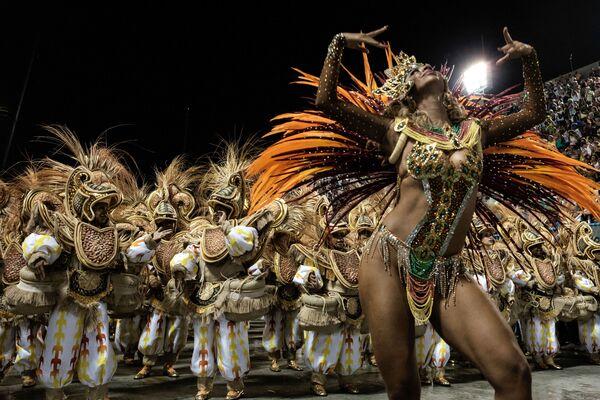 Hay pocas personas que no hayan visto nunca cómo se baila la samba,que se hizo famosa mundialmente gracias a los carnavales brasileños. Esta danza de origen nacional, que tiene raíces africanas, forma parte del programa de bailes obligatorio latinoamericano.En la foto: los representantes de la escuela de samba Unidos da Tijuca en un carnaval en Río de Janeiro, Brasil. - Sputnik Mundo