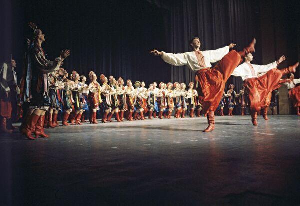 La aparición del jopak, la danza popular ucraniana, tiene sus raíces en los Cosacos de Zaporizhia. Nació siendo una danza masculina durante la cual un artista, en solitario, demostraba su fuerza, agilidad y habilidades de combate. Con el tiempo el baile fue evolucionando y pasó a interpretarse principalmente en grupo y en pareja.En la foto: varios artistas del Conjunto de Danza Estatal Académico de la República Socialista Soviética de Ucrania bailan el jopak en 1984. - Sputnik Mundo