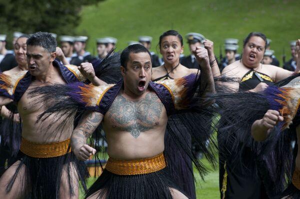 El haka es una danza ritual de los maoríes, el pueblo indígena de Nueva Zelanda. Esta danza de guerra se hizo muy popular gracias a los miembros de la selección nacional de rugby de Nueva Zelanda, los All Blacks. - Sputnik Mundo